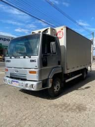 Ford Cargo 816 com baú frio da Fibrasil