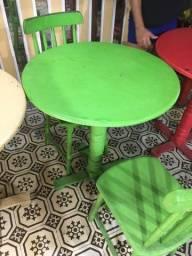 Mesa redonda de madeira colorida