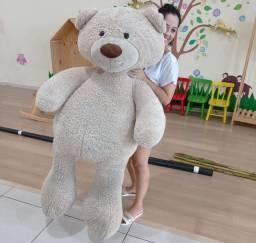 Urso gigante de pelúcia