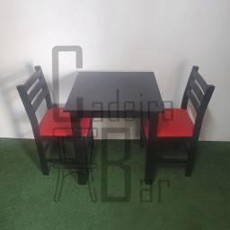 Mesa fixa estruturada em madeira