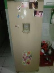 Vendo essa geladeira com água na porta, em perfeito estado