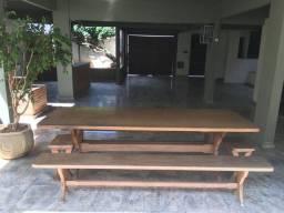Mesa de madeira (angelim pedra) com dois bancos e duas banquetas