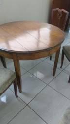 Mesa de madeira de lei com quatro cadeiras