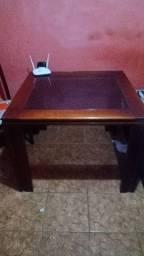 Mesa com meio em vidro
