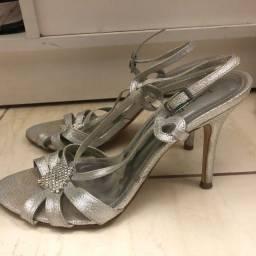 Sandália prata com detalhes em strass - tamanho 36