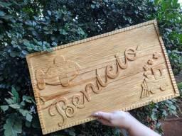 Quadro em madeira entalhada.
