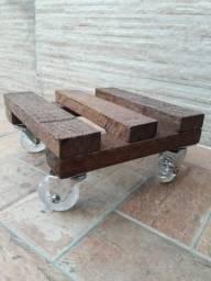 Suporte de vasos de madeira com rodinhas de silicone