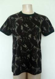 Camiseta em tecido camuflado de ótimo padrão