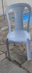 Cadeiras de plástico.