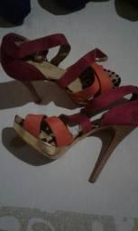 Sandálias usadas uma vez novinhas