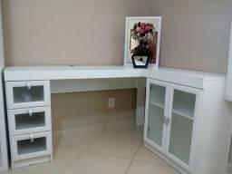 Mesa de escritório e dois armários