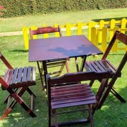 Mesas e cadeiras dobráveis madeira