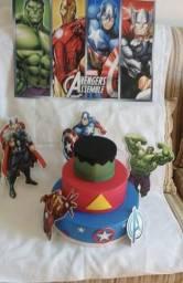 Bolo fake avengers com painel e personagens