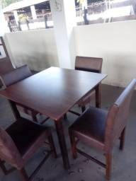 Jogo de Mesa com Cadeiras.