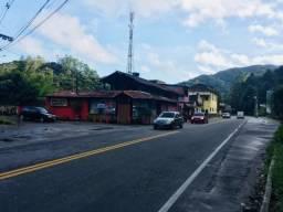 Casa com perfil comercial no centro de Mury , de frente para a rodovia RJ-116