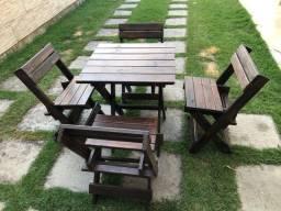 Mesa com 4 cadeiras em madeira