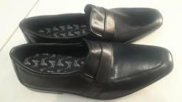 VENDO um Lindo Sapato preto N 44 nunca foi usado!!