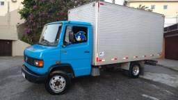 Caminhão Baú 710