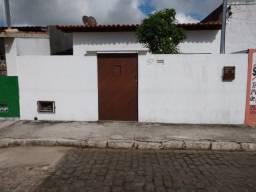 Vende-se casa no Centro de Irará para residência ou comércio