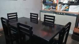 Mesa de jantar com 6 cadeiras. Madeira pura