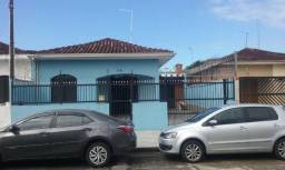 Casa com área total de 135m² com 2 dormitórios e 2 banheiros! Ótima localização Ref. 989
