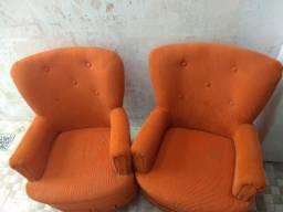 Duas poltronas e um sofá de 2 lugares