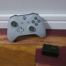 Controle Xbox One cinza + bateria recarregável