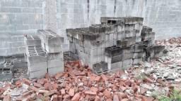 Tijolo cimento 40 x 20 x 15 e janela de ferro grande