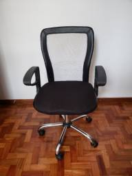 Cadeira giratória com braço e rodinhas