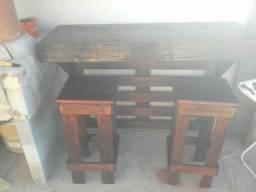 Mesa de parede com duas cadeiras ótimo para área de lazer