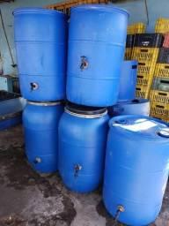 Bombonas com torneiras ou tambores plástico pronto para o uso