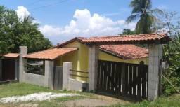 Casa na Ilha de Itaparica com três quartos e terreno grande