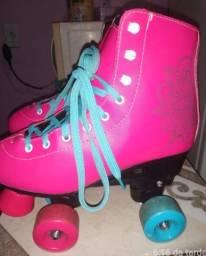 Vende se um par de patins infantil!!