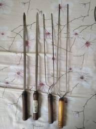 Kit para churrasco: 2 espetos simples de aço de 55 cm  e 2 espetos maiores duplos de aço.