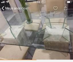 Uma linda mesa de seis cadeiras cadeiras