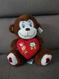"""Macaco de pelúcia, com coração escrito """"I Love you"""""""