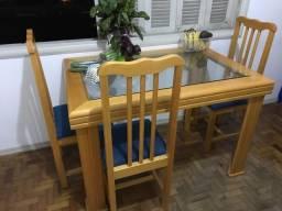 Mesa com tampo de vidro e 4 cadeiras em ótimo estado *aceito crédito