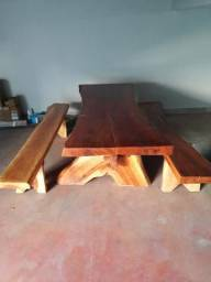 Mesa e bancos tudo feito de Angico