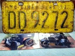 Placa antiga amarela de duas letras