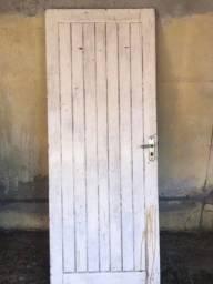Título do anúncio: Vendo porta de madeira maciça de 2.10x80 paraju valor: 350.00.
