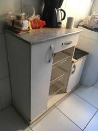 Aparador cozinha com cesto de frutas