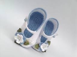 A264 Sapatinho de croche azul menina