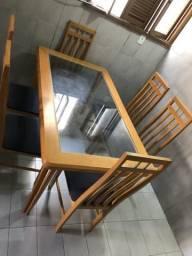 Mesa de madeira com vidro e 6 cadeiras