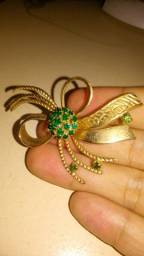 Título do anúncio: broche dourado com pedraria verde esmeralda