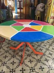 Mesa grande colorida de madeira