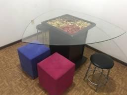 Mesa triangular + banquetas e pufs