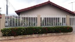 Casa com quatro quartos, área gourmet e terreno adicional nos fundos