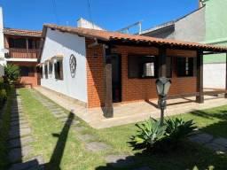 Casa linear com 03 quartos, na quadra da praia, no Centro de Barra de São João.