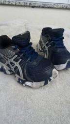 Tênis e sandália por R$50,00 os dois