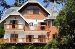 Belíssima casa, finamente mobiliada, em condomínio fechado de alto padrão.
